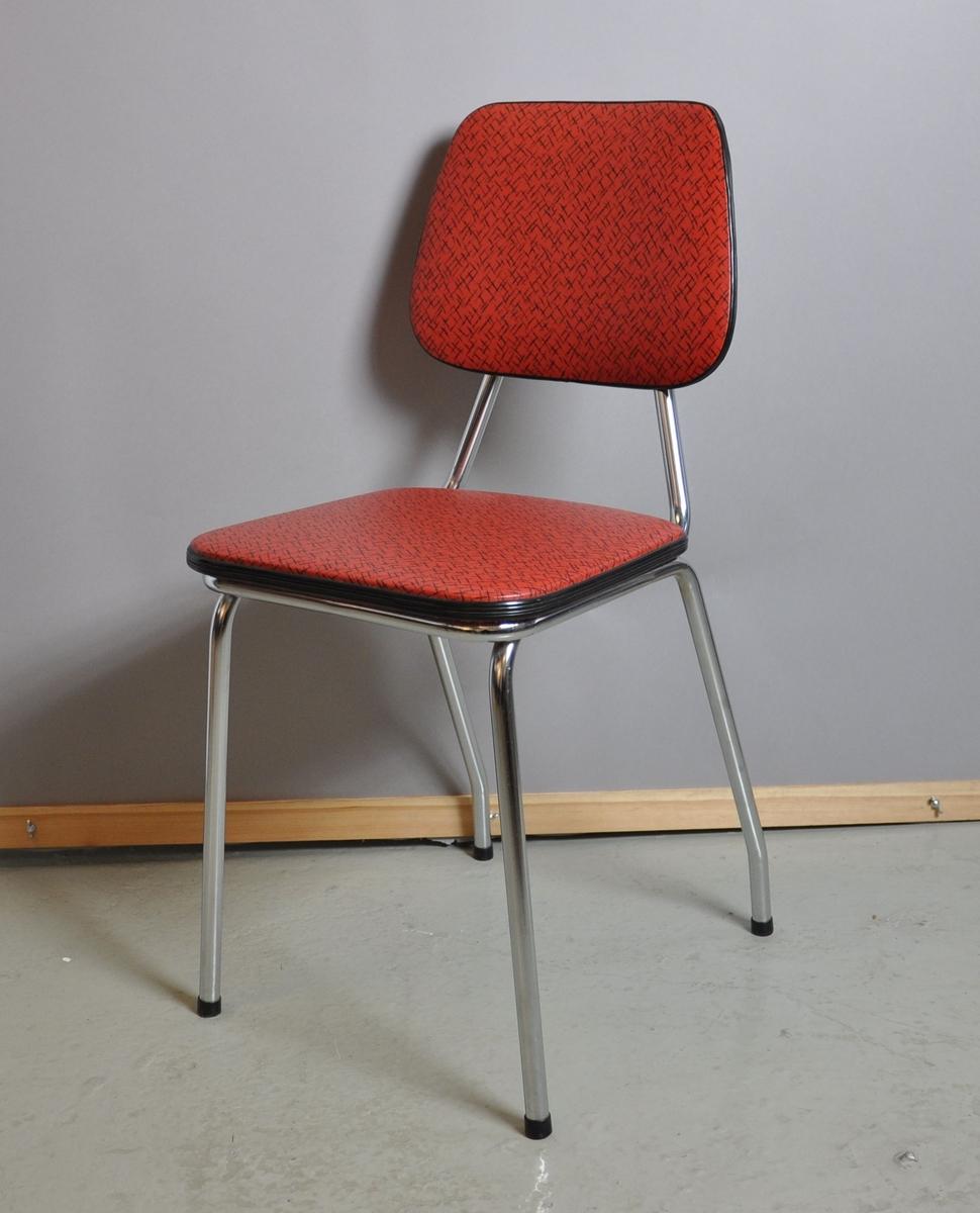 Kjøkkenstol med rødt trekk. Ryggstole og bein er av metall. Sete og rygg er trekt med gummi/skai.