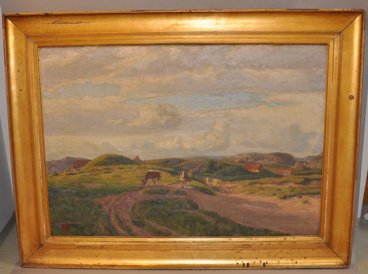Maleri av Wilhelm Wetlesen. Motiv av tre kuer i seterlandskap. Maleriet har gullforgylt ramme av tre. Rammen har synlige skader av sprekker i gullforgyllingen og søleflekker.