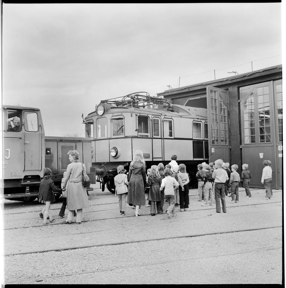 Statens Järnvägar, SJ Pa 27 visas för besökare på järnvägsmuseet i Gävle. Knuffas på av SJ Z43 485.