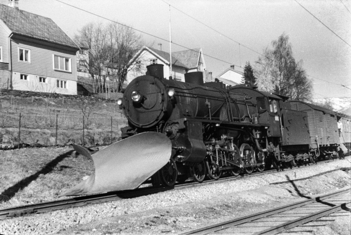 Damplokomotiv type 31b nr. 452 med tog til Bergen i anledning hjemreisen 2. påskedag.