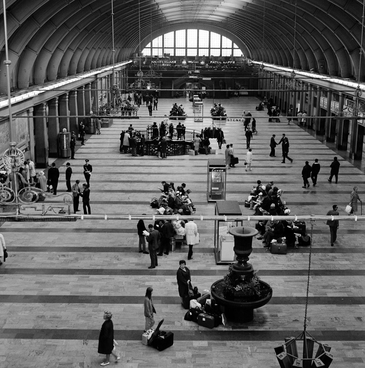 Stora hallen, Stockholm Central. Fotot taget mot vänthallens södra del, och resturangen.
