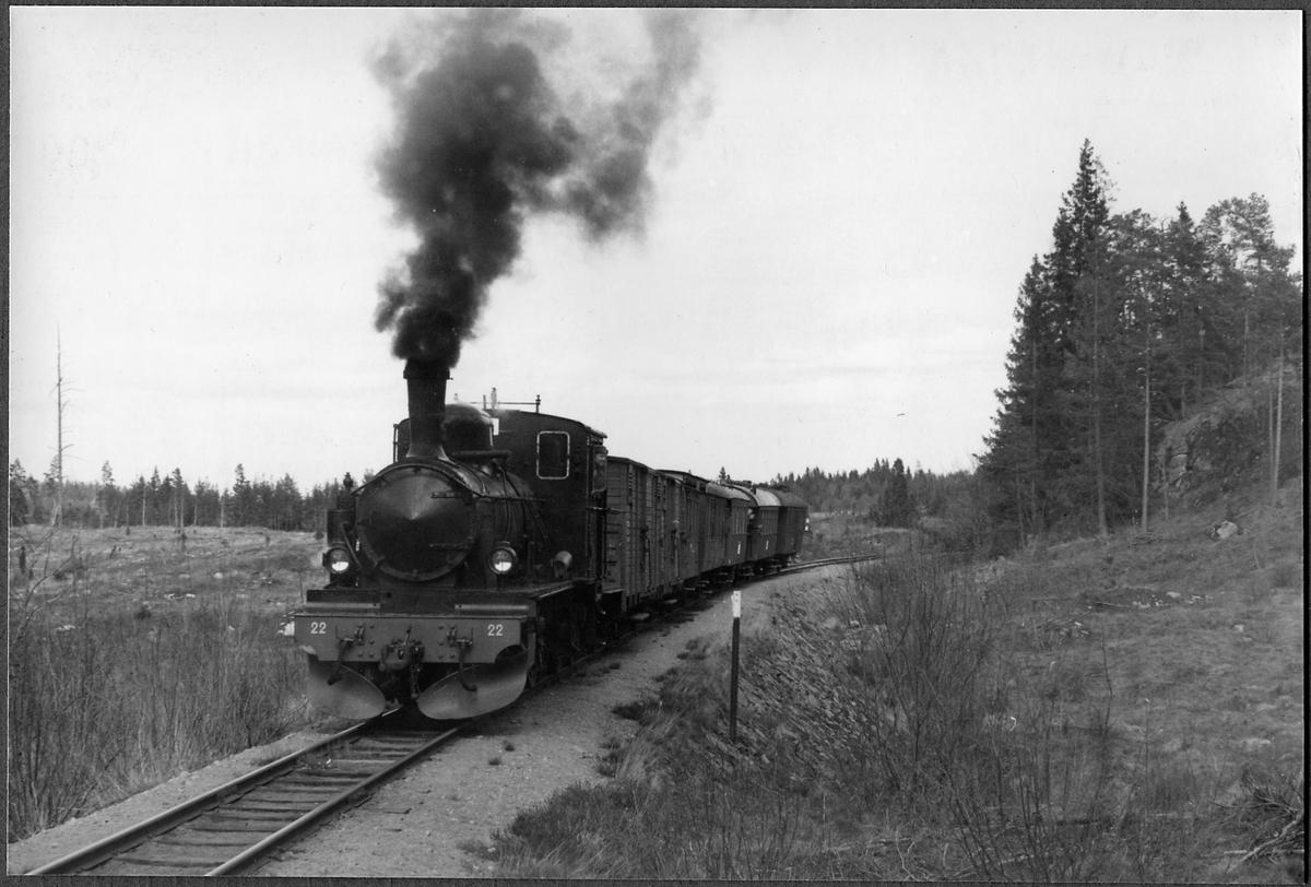 Norsholm-Västervik-Hultsfreds Järnväg, NVHJ lok 22 med persontåg på linjen Jenny-Verkebäck.