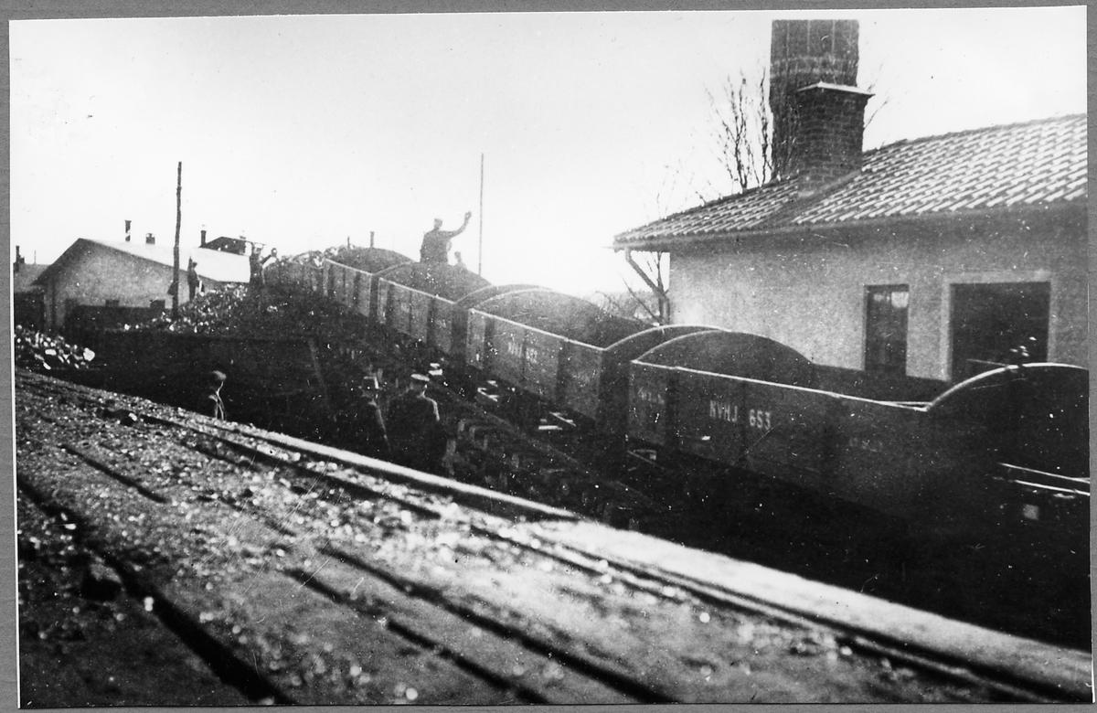 Lossning av kol i Västervik. Norsholm-Västervik-Hultsfreds Järnväg, NVHJ Kolvagn 653.