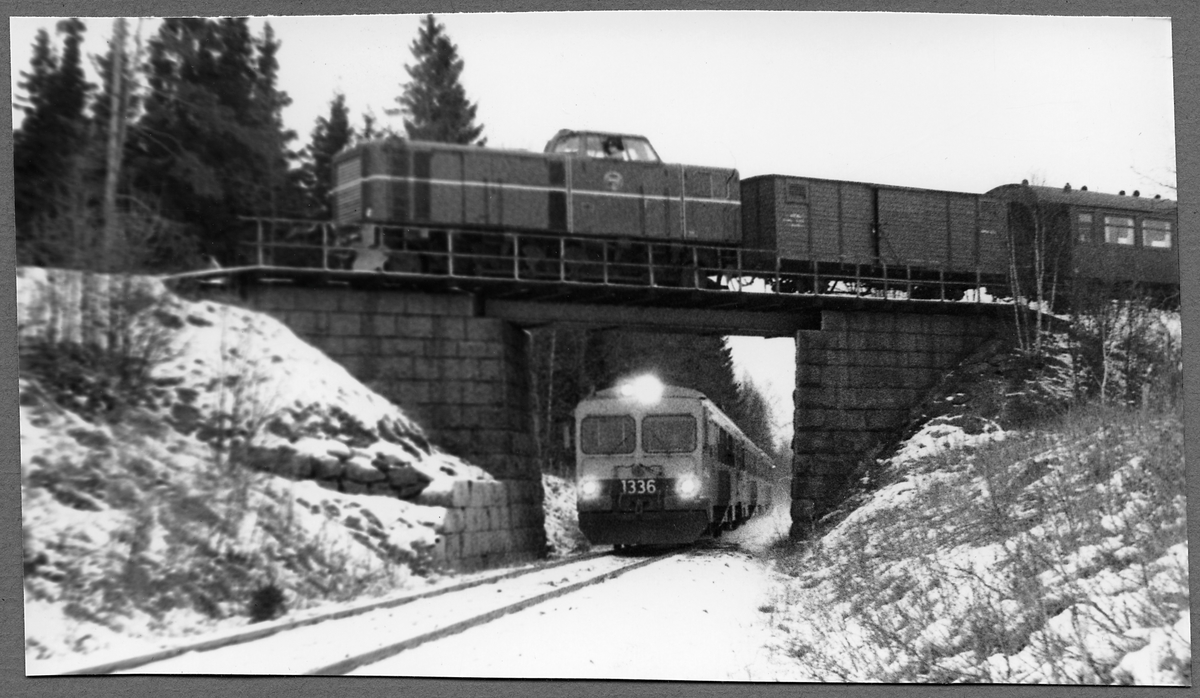Statens Järnvägar, SJ YF1 1336 på linjen mellan Hultsfred och Målilla. Statens Järnvägar, SJ Tp på viadukten på linjen mellan Hultsfred och Gårdveda.
