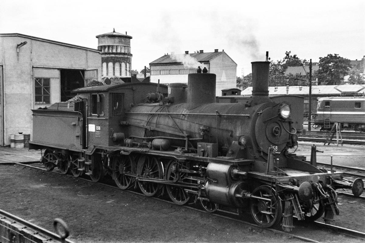 Damplokomotiv type 18c nr. 158 foran lokstallen på Hamar stasjon.