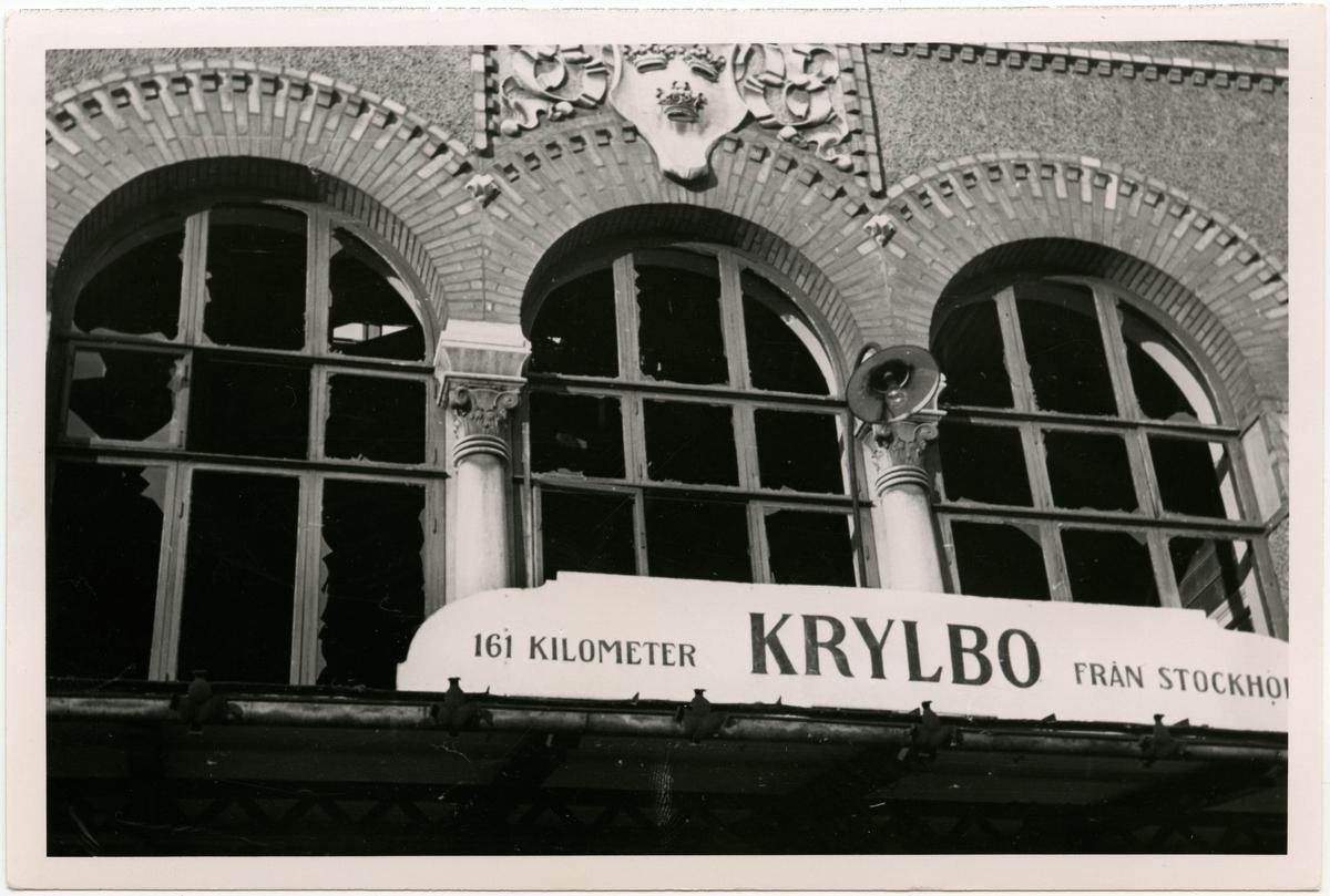 Krylbo-olyckan. Fönster ovanför ingången till stationen.