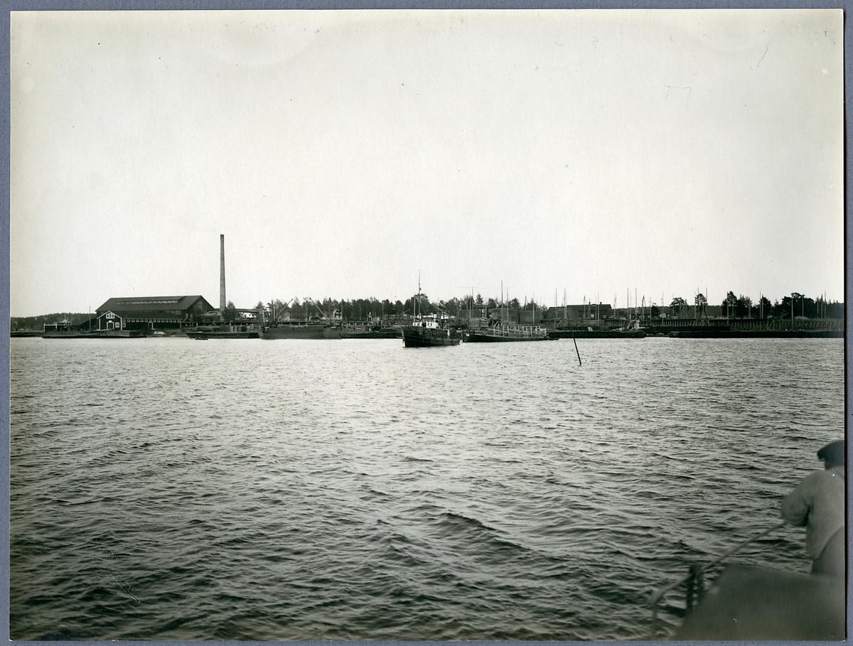 Slipersfaktoriet Piteå.  Bogserare och pråmar på utgående med första   sliperslasten.