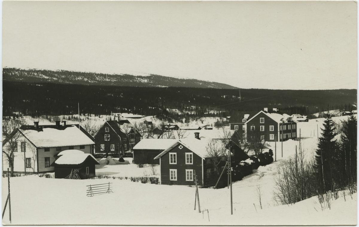 Transtrands kyrkby med Hemfjället i bakgrunden.