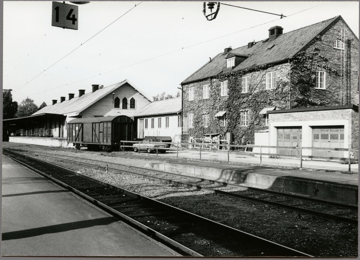 Tegelhus med expeditionslokaler för SJ - gods och Svelast; personallokaler på andra våningen. Godsmagasin.