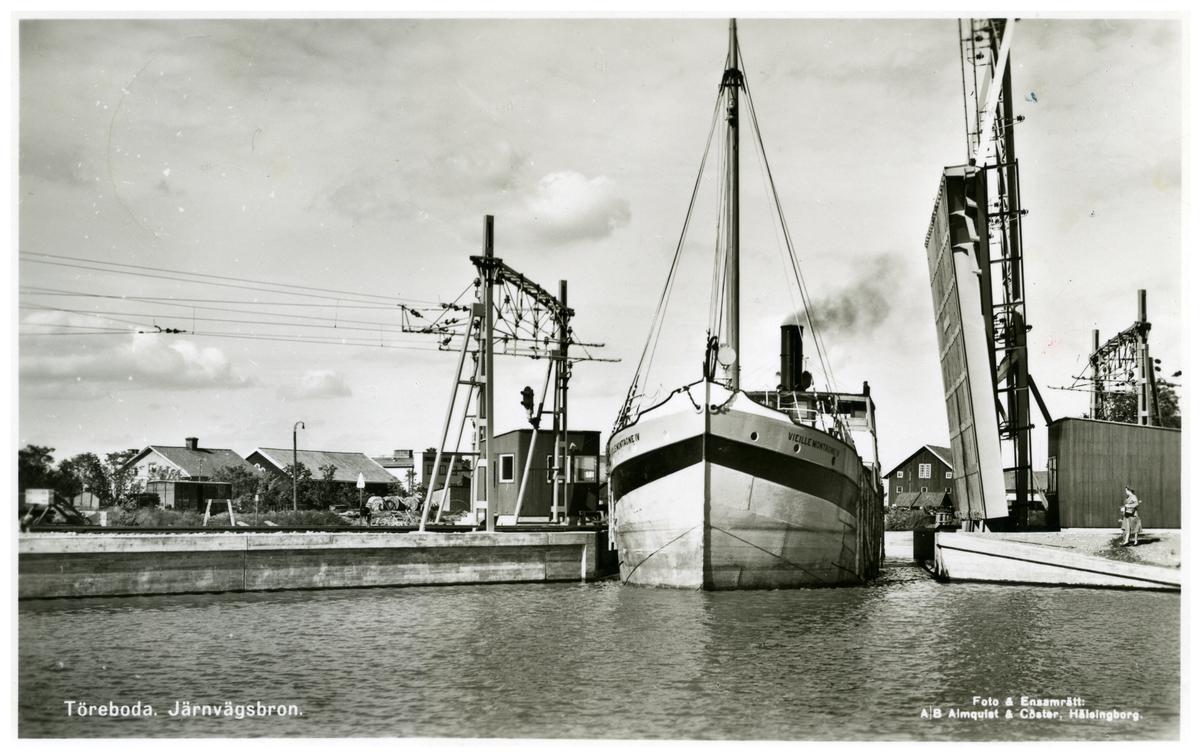Fartyget Vieille Montagne lV, vid Törebodas järnvägsbro.