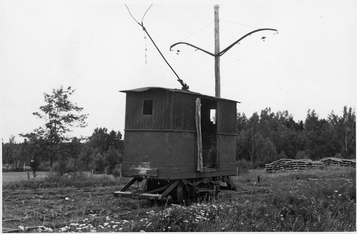 Ellok vid den elektrifierade smalspårsbanan Stockås-Mullhyttemo mellan Stockås torvströfabrik och Mullhyttemo station. Bilden tagen i samband med den stundande elektrifieringen av den närliggande normalspåriga sträckan mellan Örebro - Svartå.
