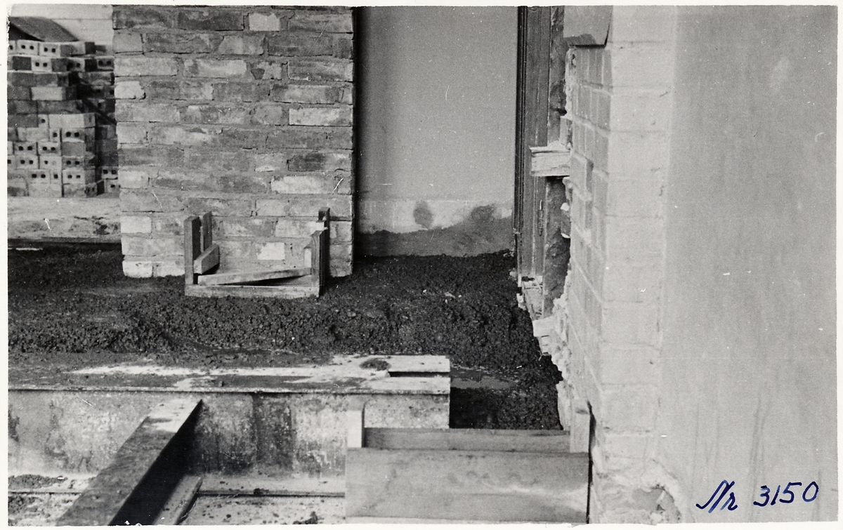Golvgjutning i toalettavdelningen på Ljungskiles stationshus.