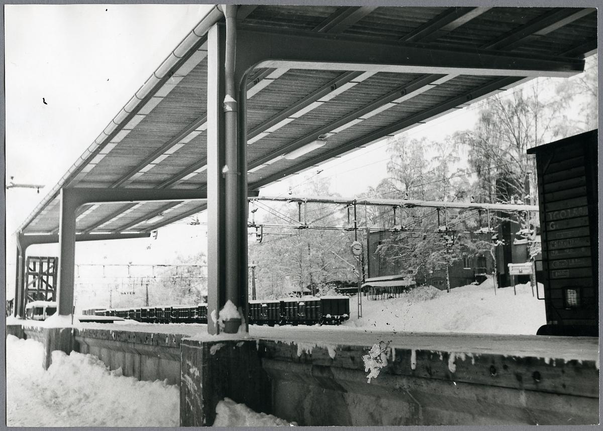 Plattform i Säter med Trafikaktiebolaget Grängesberg Oxelösunds Järnvägar, TGOJ Gc 585.