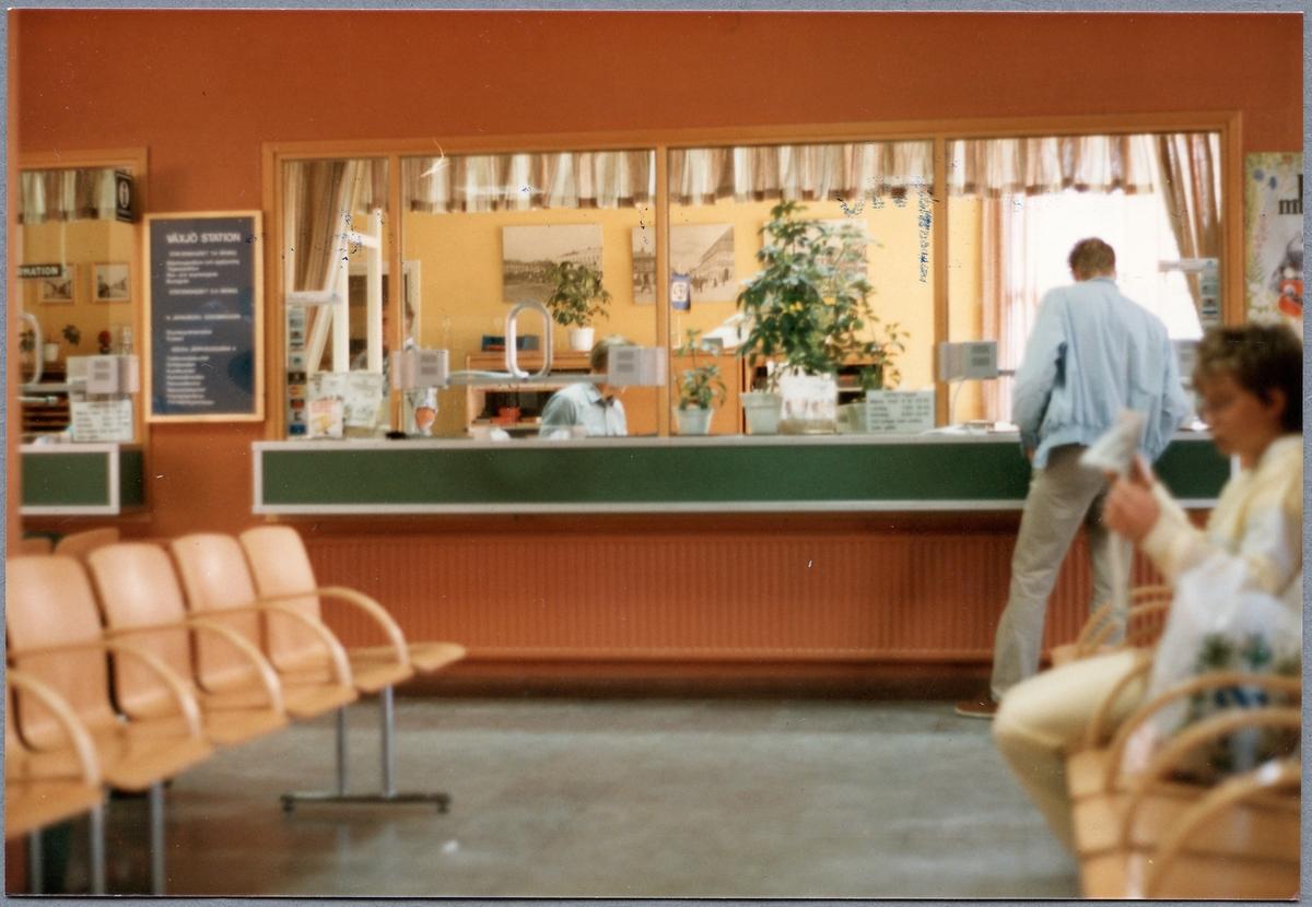 Biljettexpeditionen och väntsalen på Växjö station.