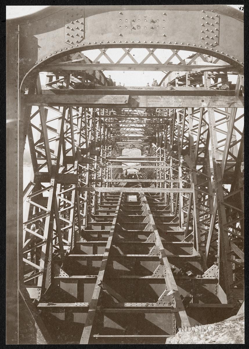 Järnvägsbron under byggnad.