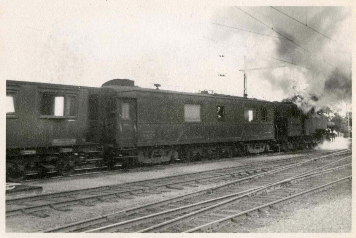 Statens Järnvägar, SJ J med den franska mätvagnen Mauzin och mätvagnen SJ Bo7 2812 på Jönköping Centralstation.