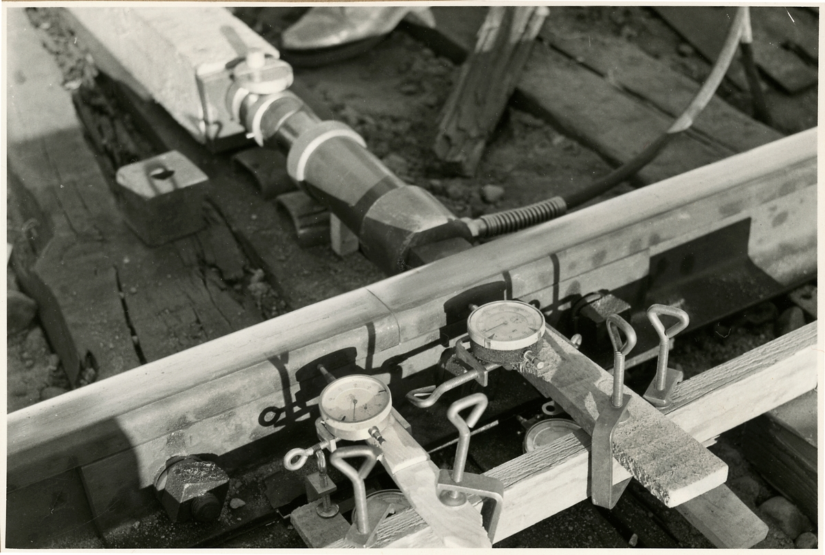 Banarbete efter urspårning av tåg 93, Nordpilen, på sträckan mellan Simeå och Undersvik 1956-03-27.