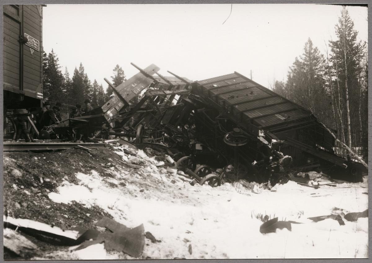 Liggande godsvagn efter olycka mellan Gastsjön och Kälarne i Jämtland på 1920-talet.