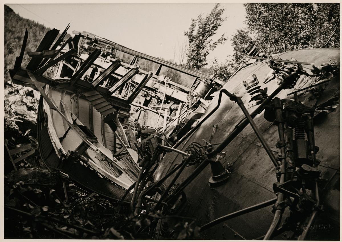 Statens Järnvägar, SJ Oe 74 och SJ Oe 75 har spårat ur efter jordskred i närheten av Straumsnes på linjen mellan Riksgränsen och Narvik augusti 1937.