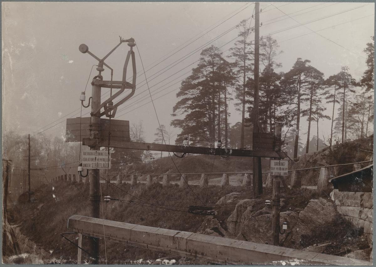 Försöksbanan Tomteboda - Värtan. Försök med sektionsavbrott och linjebrytare. Sträckan mellan Tomteboda och Stockholm Norra (Norrtull) mellan Albano och Värtan var kontaktledningen av annat utförande.