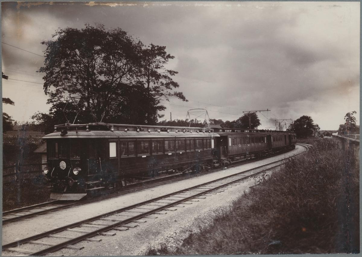 Försöksbanan Stockholm - Järva. Elektrisk försöksmotorvagn, med personvagnarna Statens Järnvägar Co5 1390 och SJ BFo 1418.