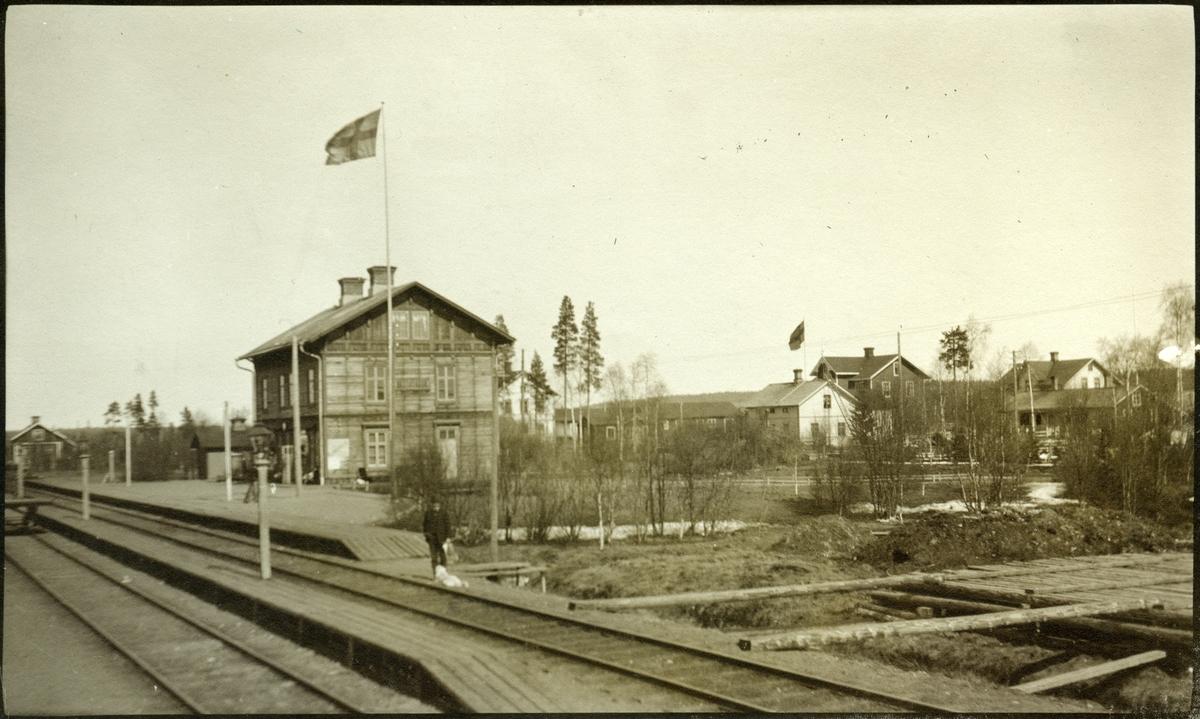 Bastuträsk station. Statens Järnvägar, SJ. Banan öppnades 1894. Det första stationshuset före ombyggnaden 1909-1912. Banan Bastuträsk - Skellefeå öppnades 1912. Elektrifierades 1997.