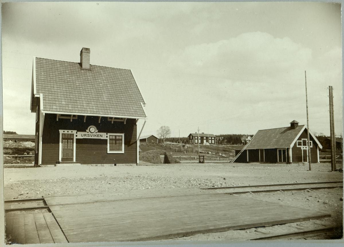 Ursvikens stationsstuga. Statens Järnvägar, SJ. Stationen anlagd 1912 och stationshuset byggdes samma år. Elektrifierades 1997.