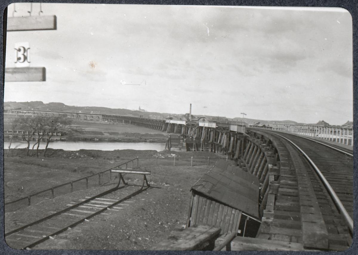 Album med fotografier från Bohusbanan. Viadukterna från landfästat.
