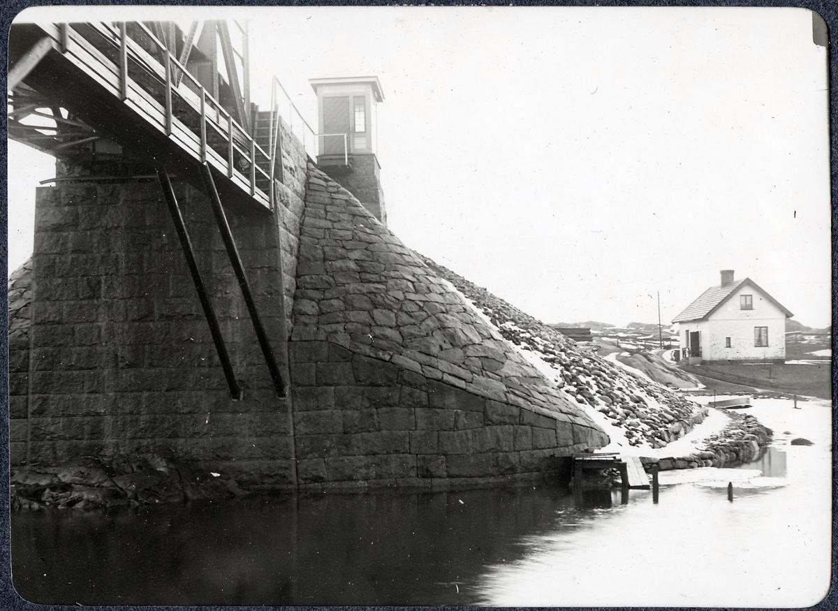 Album med fotografier från Bohusbanan. Bro över Nordre älv, södra landfästet.