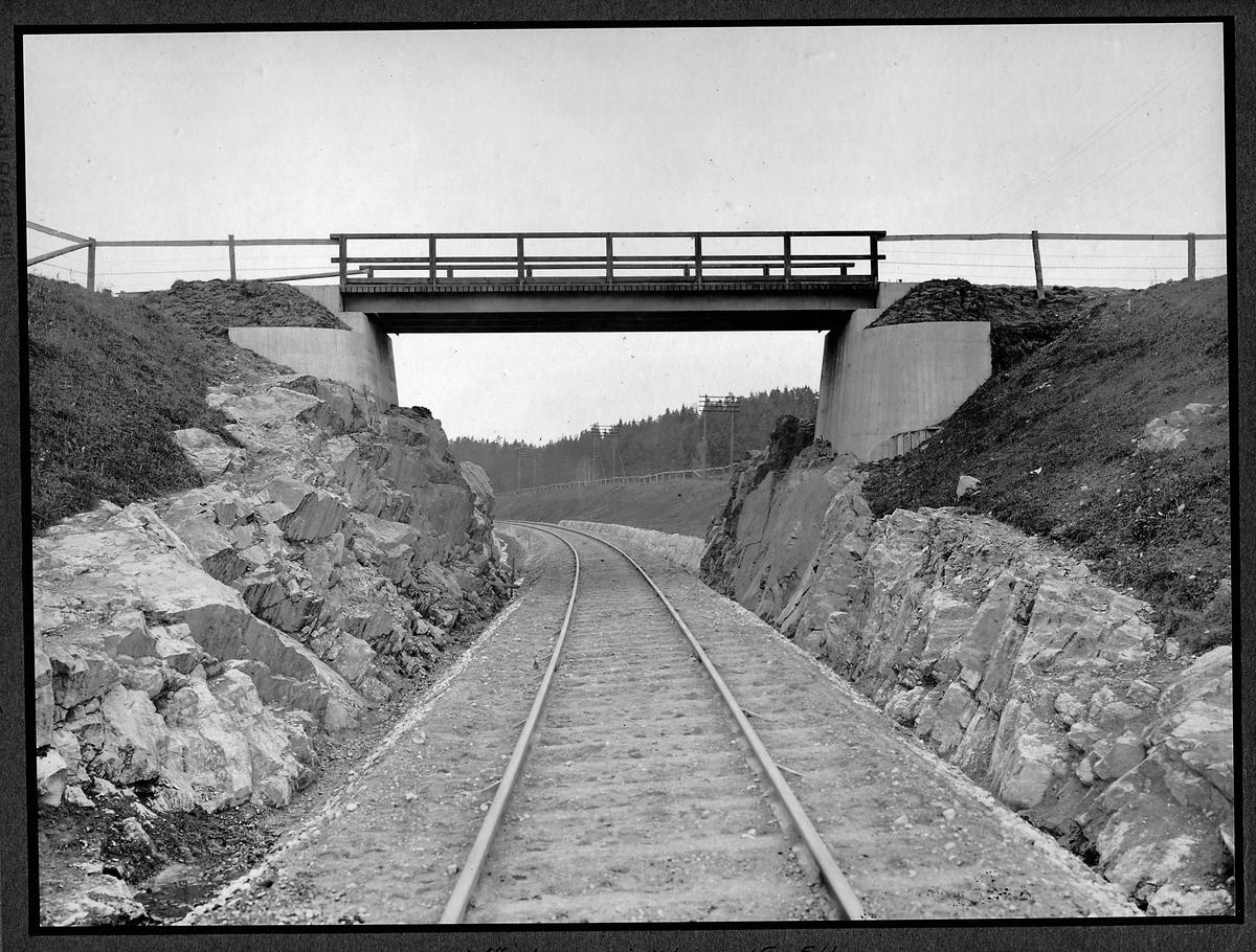 Vägbro vid 15,511 kilometer mellan Norrvrå och Vagnhärad. Statsbanan Järna - Norrköping.