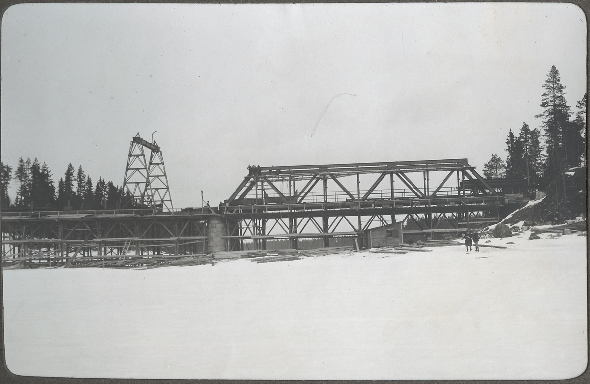Bro över Vindelälven. Överbyggnaden uppsättes mars 1923.