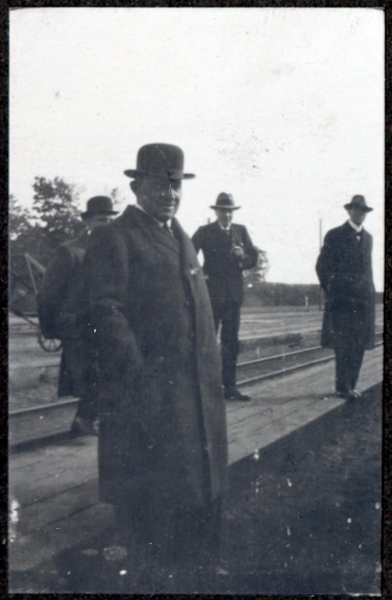 O. Holmström.