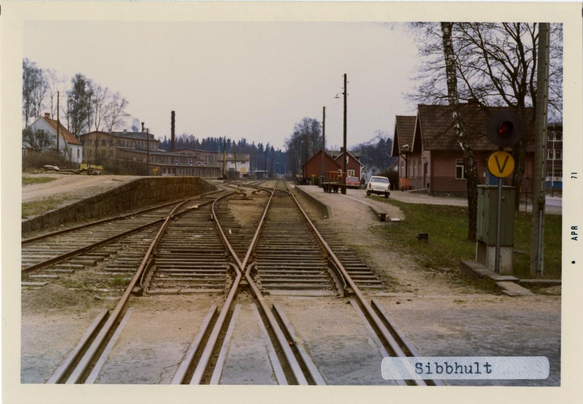 Stationen byggd 1885 . Stationshus Envånings stationshus i trä, två gavlar mot banan byggt 1886. Stationshuset revs i april 1981.