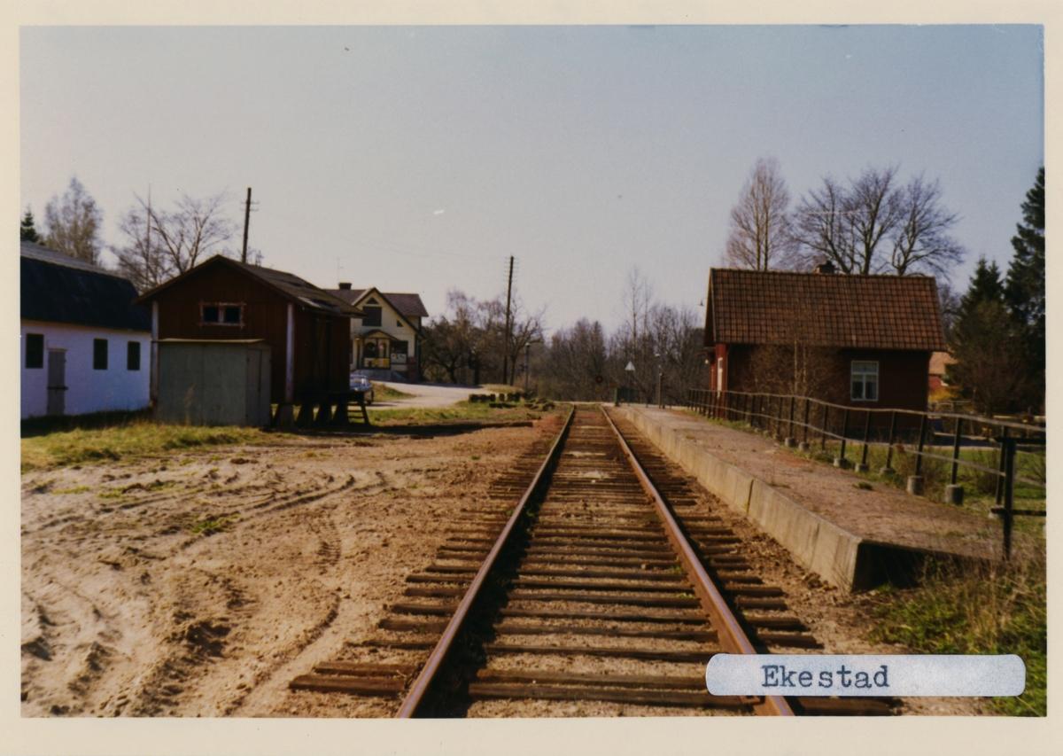 Stationen öppnad 1885. Envånings stationshus i trä, byggt i vinkel med en gavel mot banan.