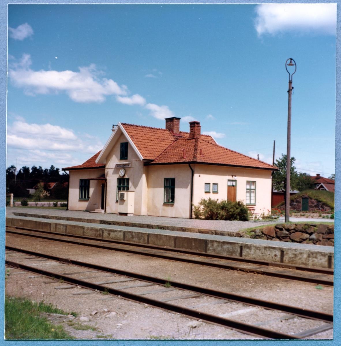 Trafikplats anlagd 1875. Envånings putsat stationshus, fullständigt renoverat 1948
