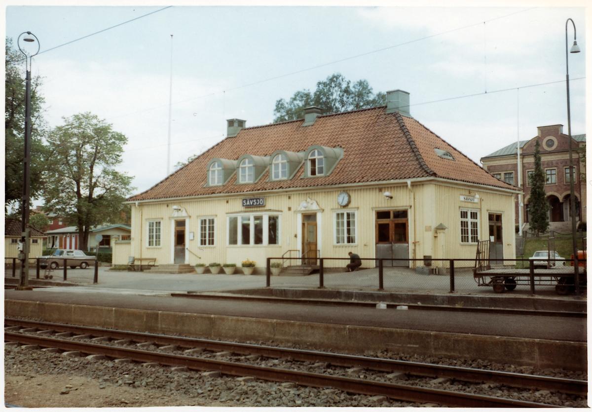 Envånings stationshus i trä, byggt 1863-64 .Stationen öppnades 1865. Nytt stationshus i trä 1924 .