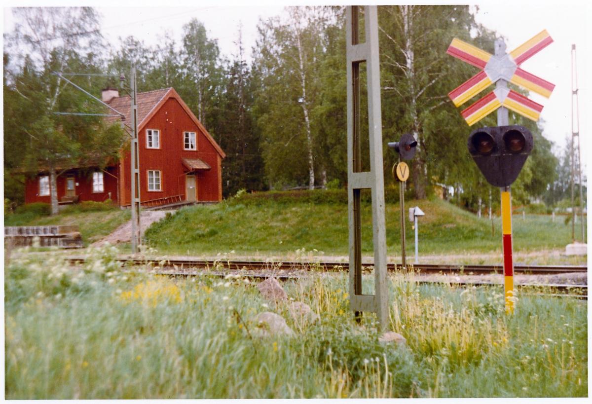Hållplatsen anlades 1920.Stationen kvar, men banan omlagd 1993 - 1994.