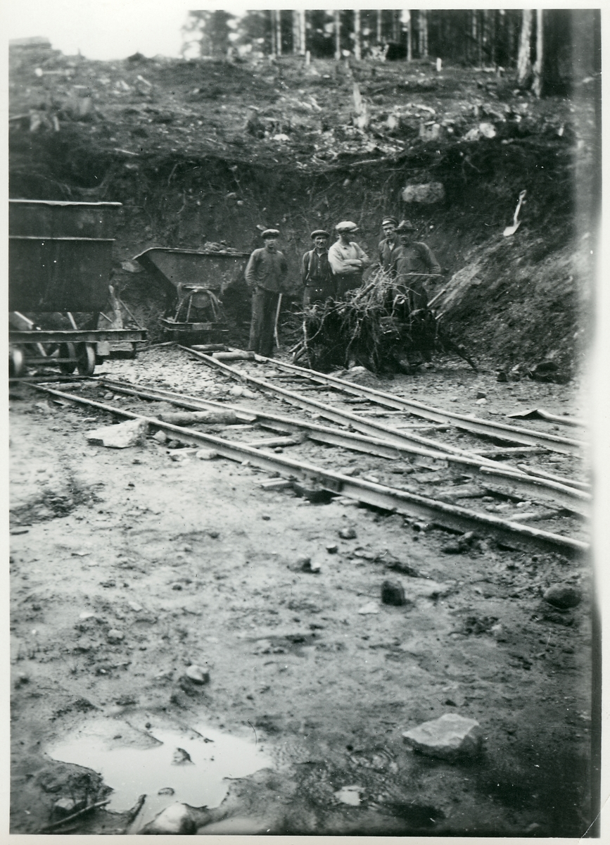 Intag i skärning vid 28/640 längs linjen mellan Ulricehamn och Jönköping.  Decauvillespår, de färdiga rälslängder användes som provisoriska banor för banarbetsfordon.