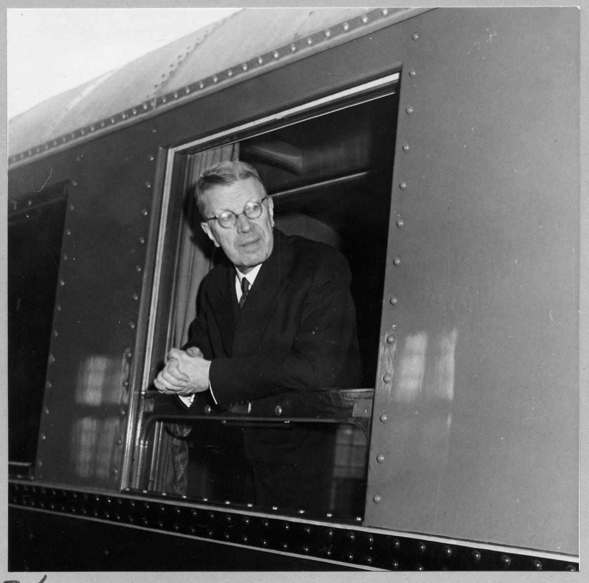Gustaf VI Adolf på tåget.