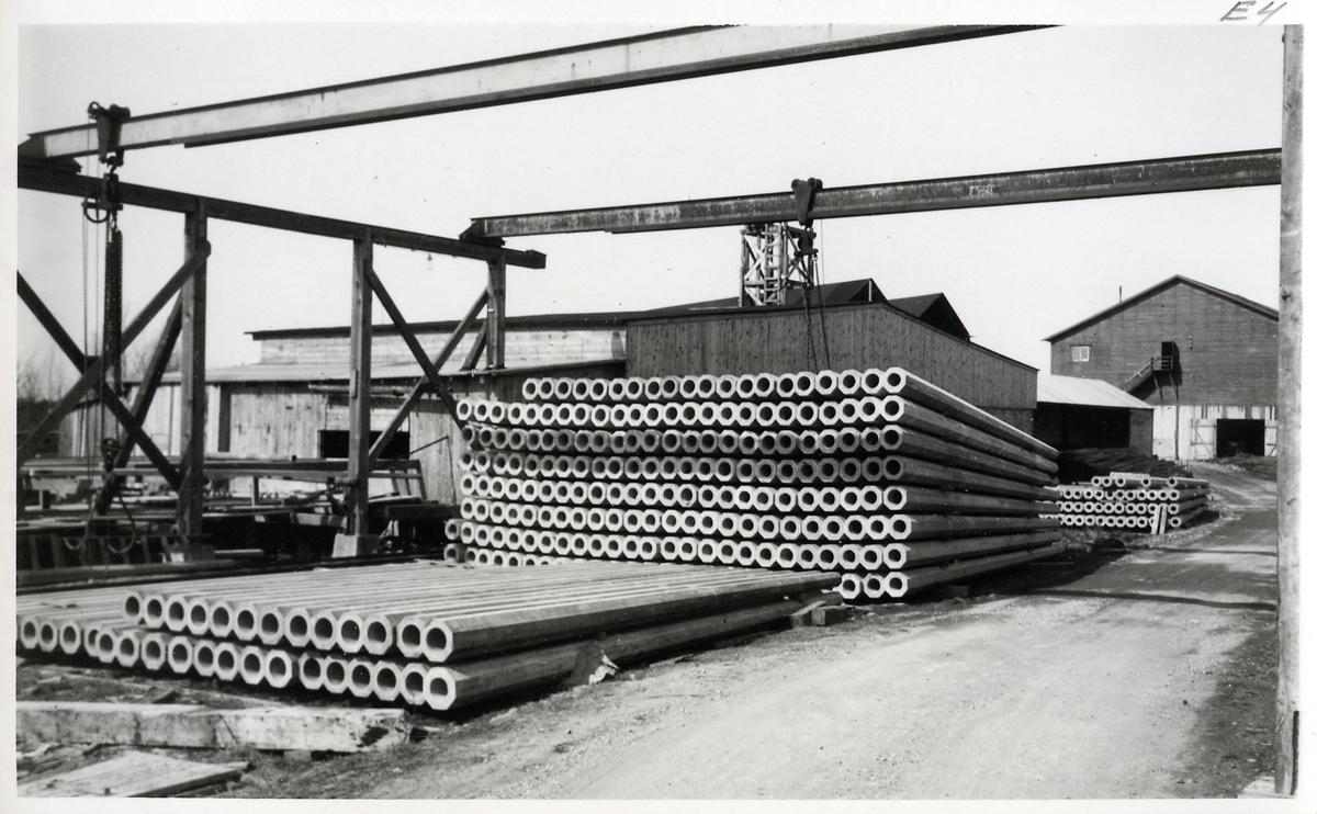 Brandholmens varv, stolpgjuteriet i Nyköping. Betongstolpar för användning längs järnvägen. Signaler, vägkorsningar mm.