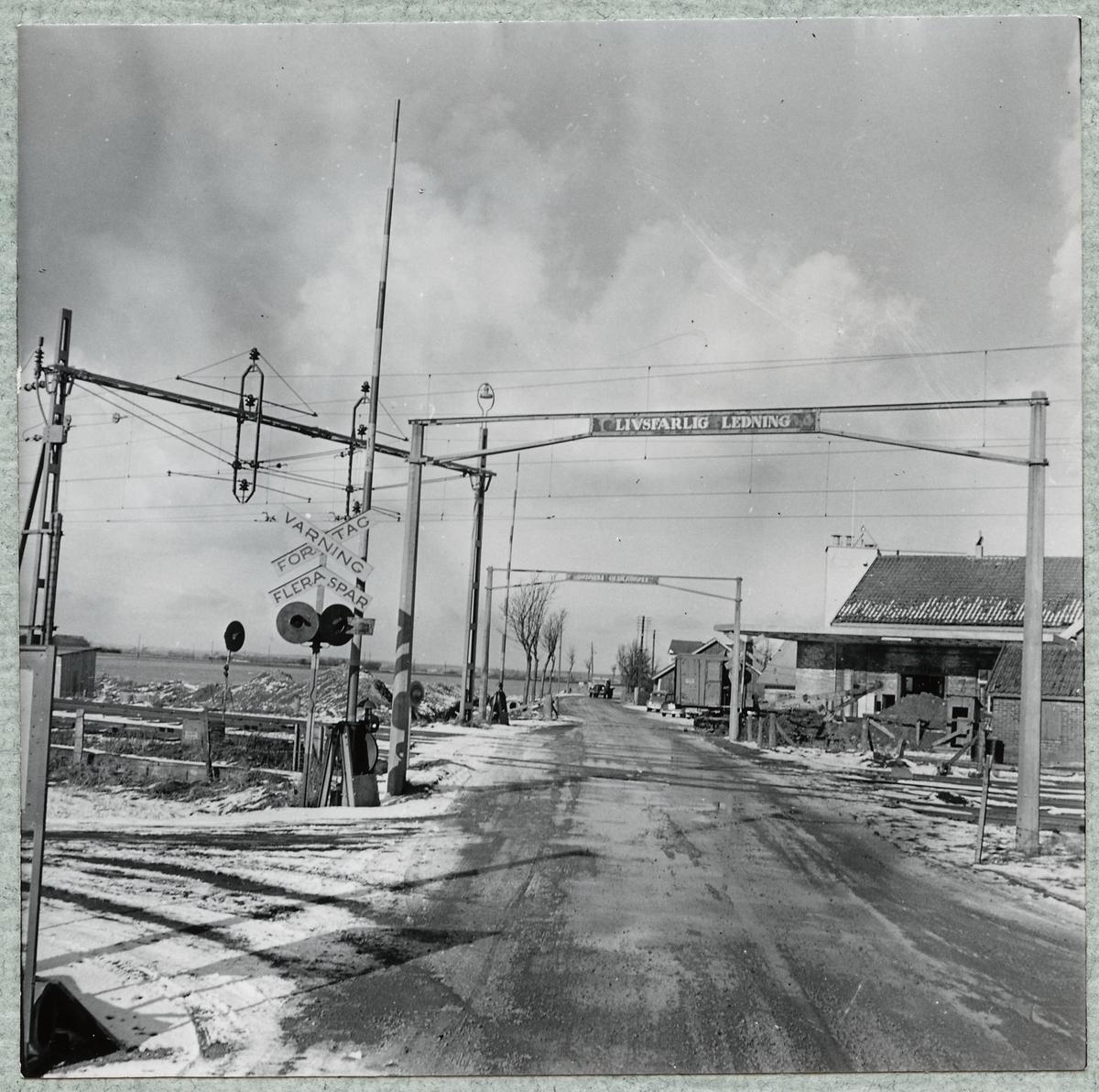 Järnvägsövergång väster om stationen i Mjöhult.
