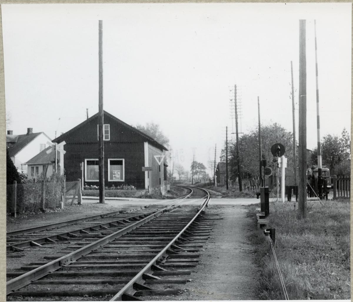 Järnvägsövergång vid Löberöd station.