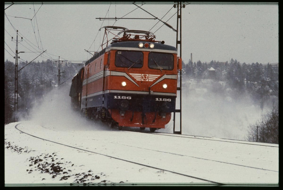 Statens Järnvägar, SJ Rc4 1186 med vagnar.