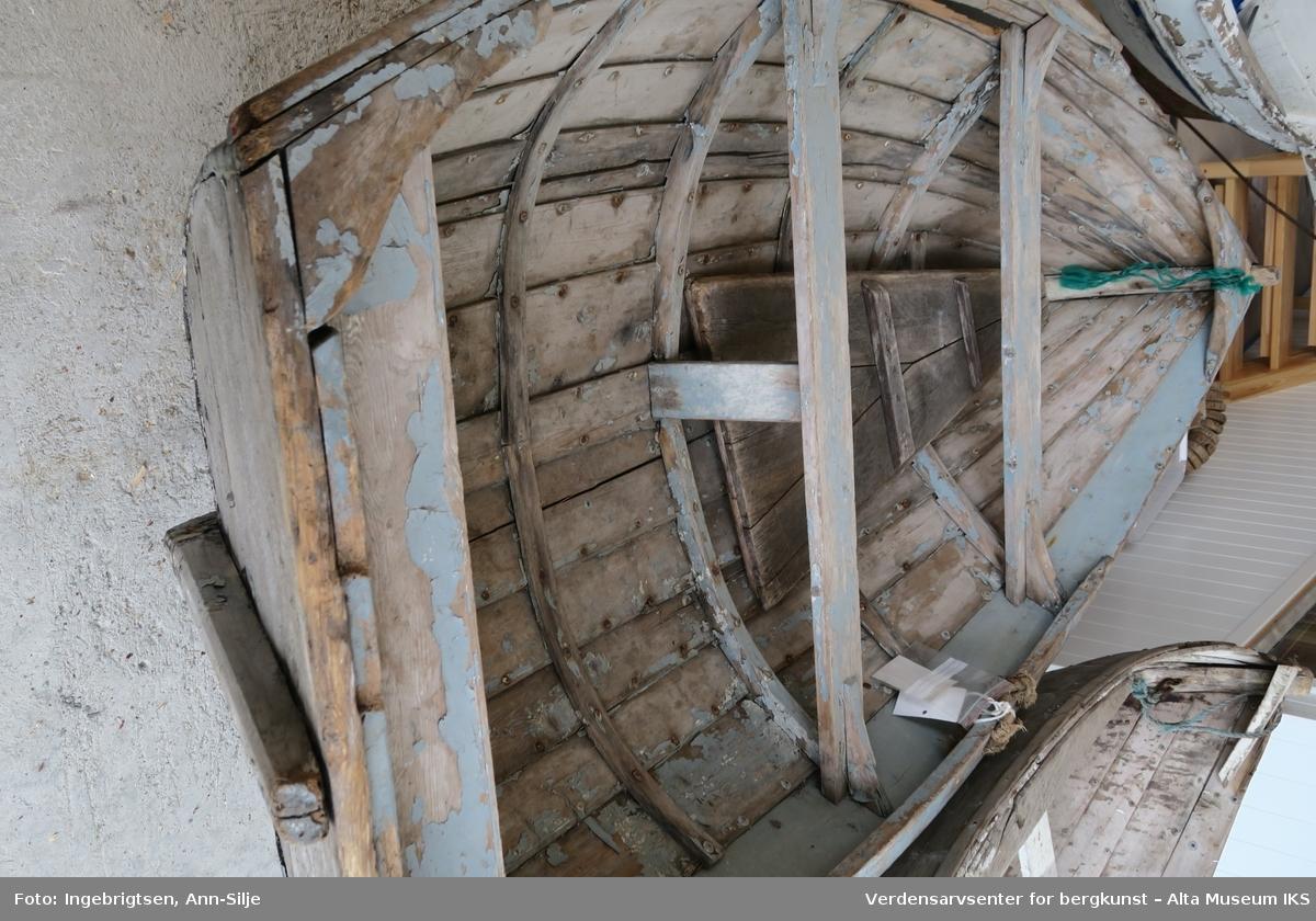 bca08ac5 ... Verdensarvsenter for bergkunst – Alta Museum IKS. Liten robåt som er  klinkbygd. På begge sider er det kraftige taustumper som fungerer som