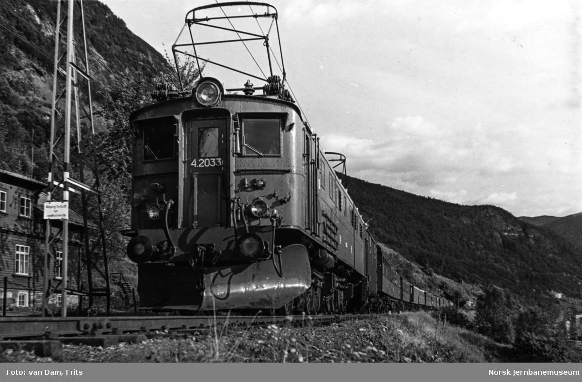 Elektrisk lokomotiv type El 4 nr. 2033 med persontog på Ofotbanen.