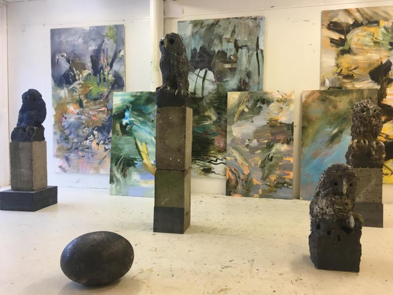 Skulptur og maleri til utstillingen «Faller tre, flyr fugl» av Beate Juell og Bjørnar Aaslund