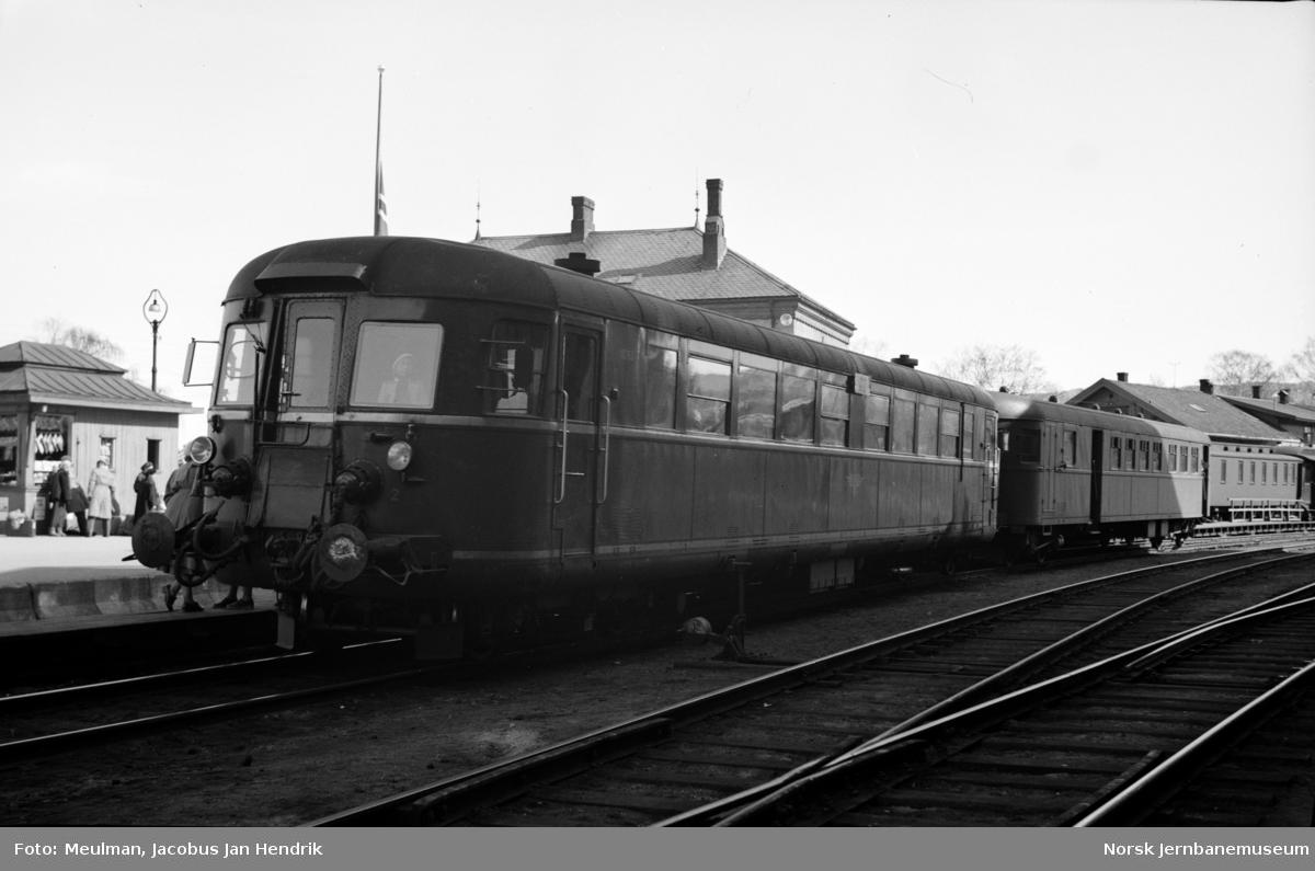 Dieselmotorvogn litra Cmdo 6 nr. 18251 (senere Bmdo 86 51) med persontog fra Drammen til Ål på Hønefoss stasjon.