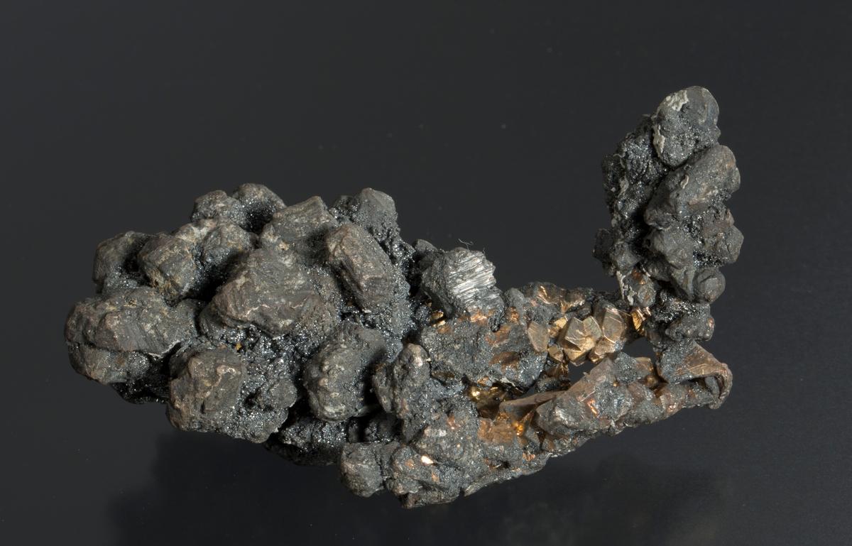 Krystaller, delvis dekket av acanthitt Vekt 311,38 g Størrelse: 8,5 x 5 x 4 cm
