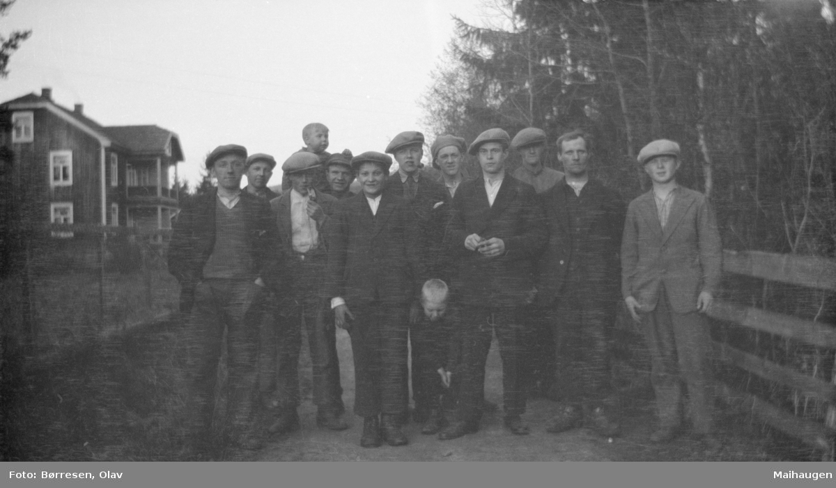 Gruppebilde av 11 menn og en gutt