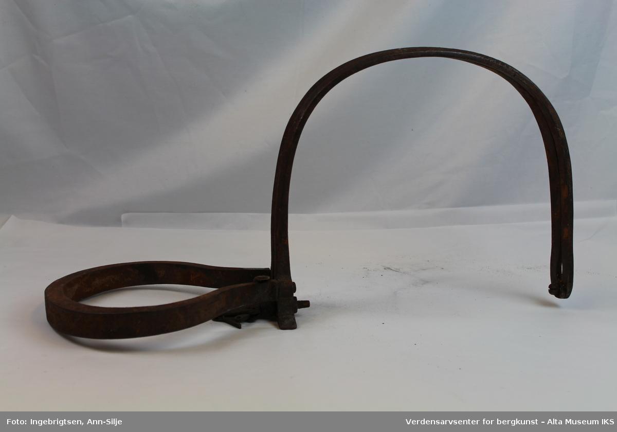 Form: U-formet fjær som klemmer bøylene (saksekj) sammen.